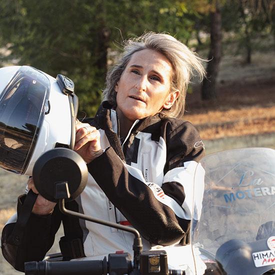 la motera mujer en moto